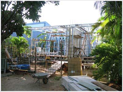DIYで建設中のココズの建物