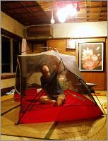 室内でテントをはった